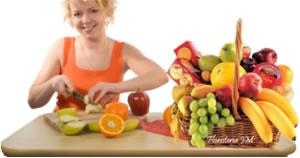 Mujer preparando hermoso frutero